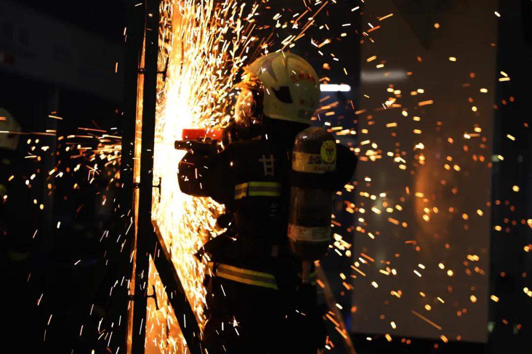 消防员在灭火抢险救援中的自我防护